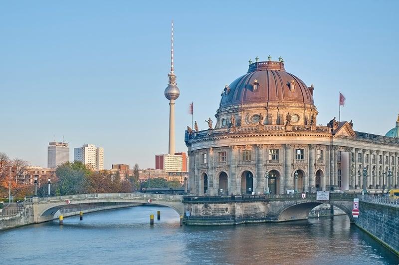 Berlin Historisches Museum mit Fernsehturm im Hintergrund und blauem Himmel