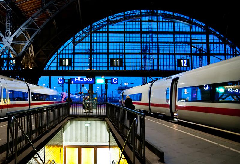 Leipziger Hauptbahnhof beleuchtet von innen bei Nacht und mit wartenden ICEs