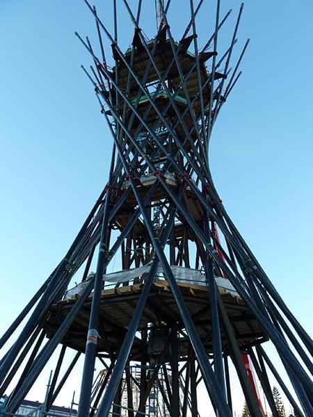 Mae West Effnerplatz aus Froschperspektive mit blauem Himmel